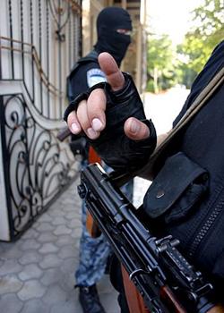 В приемной Буркова искали незаконные агитки. Силовики: «Это был даже не обыск, а визуальный осмотр». Депутат: «Единороссы бьются в агонии и используют полицейских и спецслужбы для давления на оппозицию»