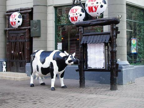 На Арбате Окуджава и Корова стоят рядышком, в десяти шагах друг от друга.