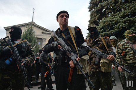 The situation in the East of Ukraine. Lugansk. The seizure of the building of the interior Ministry, the militants, the army, militia, weapons, soldiers, guards, Lugansk, capture the Ministry of internal Affairs