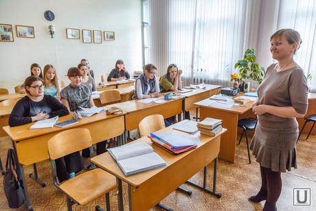 http://ura.ru/images/news/upload/articles/263/877/1036263877/34974_Sverdlovskiy_oblastnoy_muzikalyno_esteticheskiy_pedagogicheskiy_kolledzh_Ekaterinburg_uchitely_shkolyniki_urok_klass_kolledzh_ucheniki_parti_1421782014.jpg