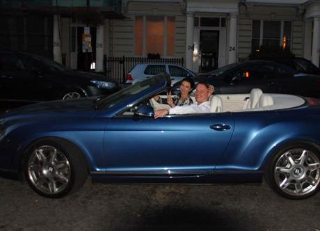 красивая брюнетка на кабриолете фото: