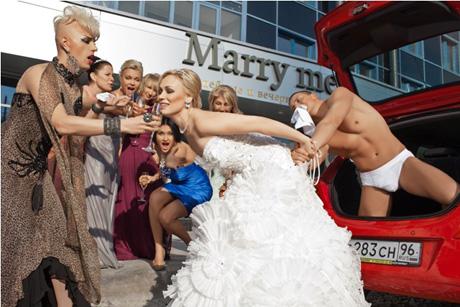 устроив вечеринку с участием «13 самых завидных невест Екатеринбурга». В качестве таковых выступили светские львицы и тусовщицы, среди которых оказалась
