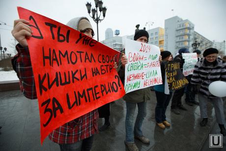 http://ura.ru/images/news/upload/news/176/925/1052176925/31387_Piket_za_mir_u_pamyatnika_Tatishtevu_i_De_Geninu_Ekaterinburg_piket_protest_miting_1394879650.jpg