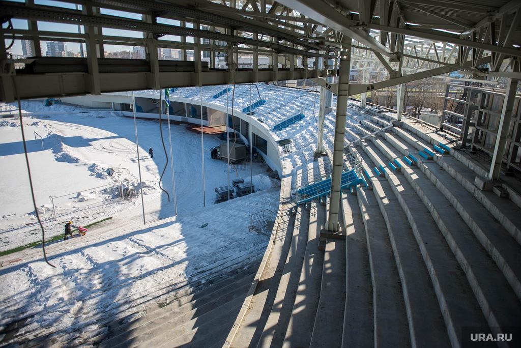 http://ura.ru/images/news/upload/news/202/103/1052202103/114450_Stroiteli_razbirayut_Tsentralyniy_stadion_Ekaterinburg_1425468712_original.jpg