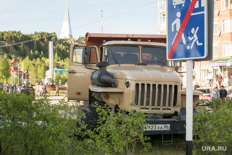 ДТП в Ханты-Мансийске — самосвал протаранил 11 автомобилей, 21 мая 2015, урал, грузовик, дтп, авария, самосвал