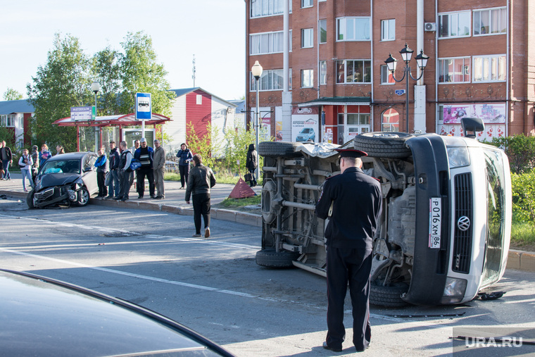 ДТП в Ханты-Мансийске — самосвал протаранил 11 автомобилей, 21 мая 2015, микроавтобус, автомобиль, дтп, авария