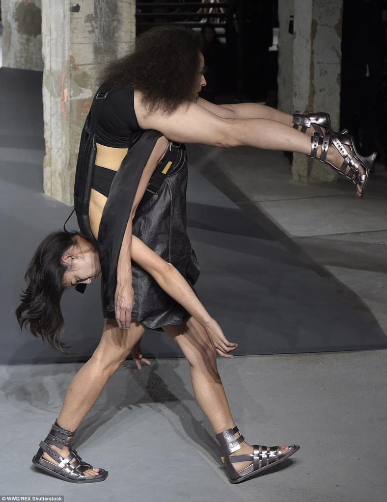 Сильные женщины на подиуме: в Париже прошел безумный показ Рика Оуэнса – ФОТО