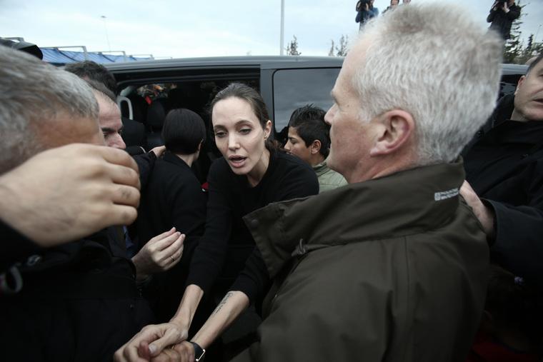 Анджелина Джоли доставлена вбольницу вкритическом состоянии. Еевес составляет всего 35кг!