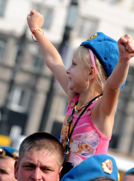 Челябинские десантники вышли на улицы: «Ура ВДВ!». Парням в тельняшках дают возможность повеселиться, но в рамках дозволенного. А фонтаны срочно осушили. ФОТО