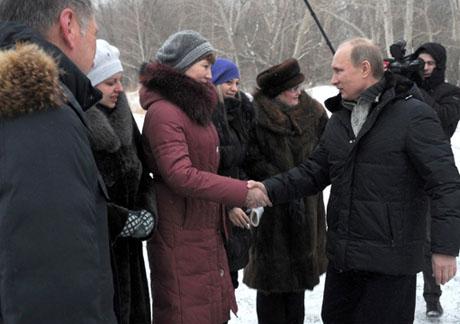 Путин навстрече сжителями Розы, чьидома сползают всамый большой вЕвропе угольный карьер